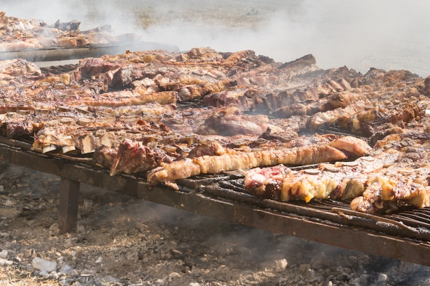 アルゼンチンの田舎のグリルで焼いた伝統的な肉