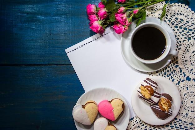 花とメモとコーヒーのカップ