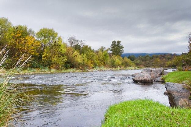 山の秋の川の風景