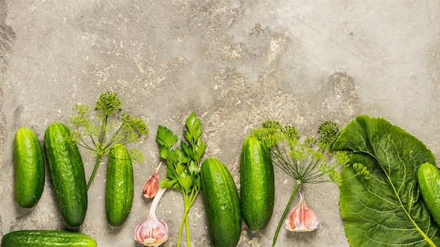 新鮮な有機きゅうりはさまざまなスパイスで保存の準備をします。