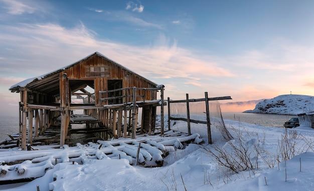 古い廃木工場。極地の日。ムルマンスク地区、テリベルカ。ロシアの極地。バレンツ海