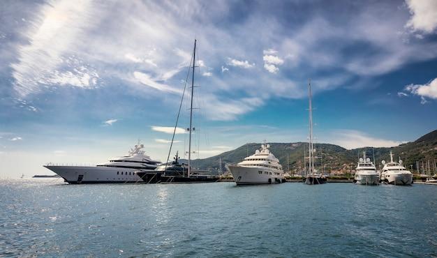 Залив и небольшой морской порт с лодками в специи. средиземное море, лигурия, италия, южная европа