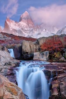 Вид на гору фитц рой и водопад на рассвете, национальный парк лос-гласьярес, анды, патагония, аргентина
