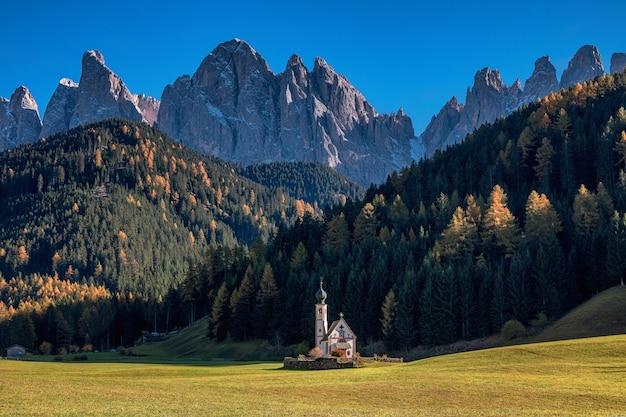 Вид на небольшую церковь святого иоанна в горах рануи и доломитовых альп. валь ди фюнес. италия, южный тироль. европа