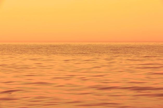 Мягкая пастельная деталь морских волн. черное море на закате. крым