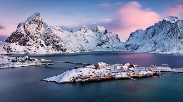 Горный хребет и мосты на рассвете. лофотенские острова, норвегия. норвежское море зимой