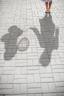 右手に気球の束を持つ女性の影