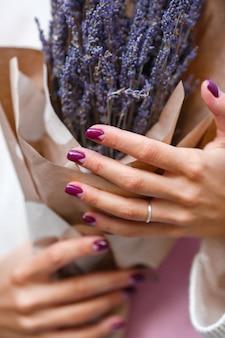 女性の手でラベンダーの花束