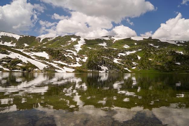 山の谷の小さな湖