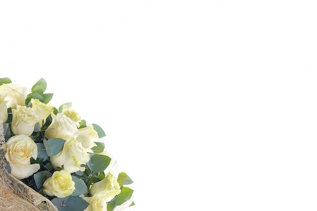 バラと白い壁にユーカリの花束