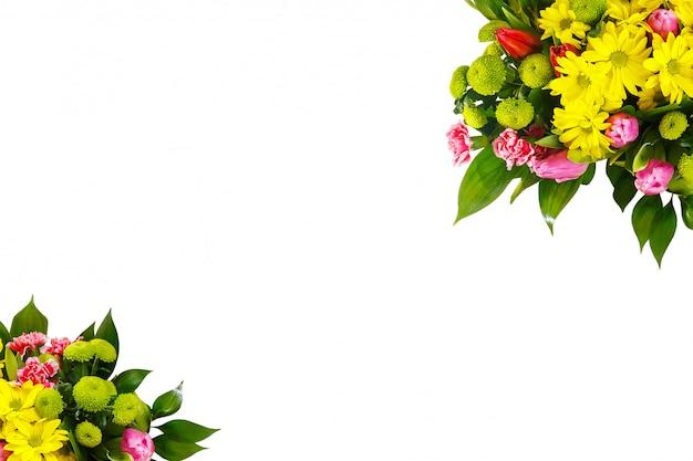白い壁にチューリップと菊の花束