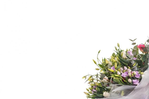 トルコギキョウと白い壁にユーカリの花束
