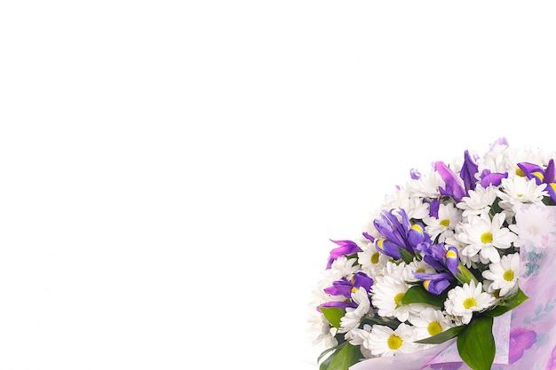 白い壁に鎮静とアイリスからの花の花束