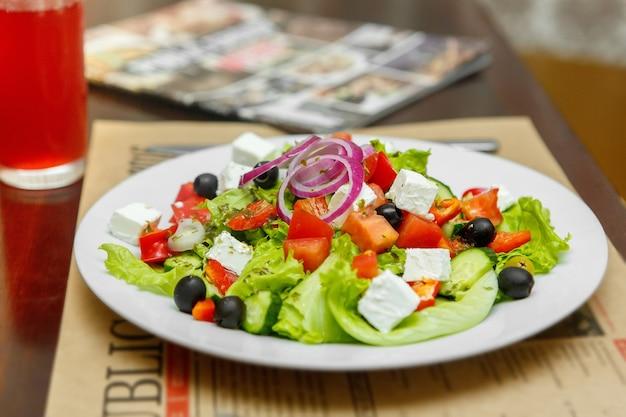 白い皿にギリシャ風サラダ