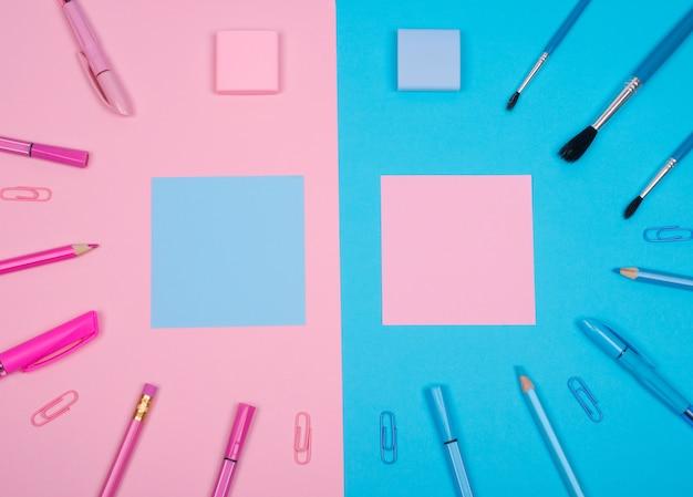Розовые и синие школьные принадлежности и бумажные наклейки