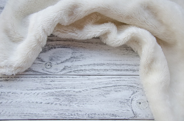 木製の背景に白い毛皮