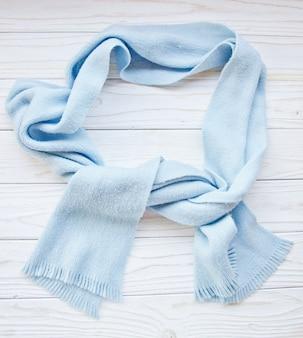 木製の背景に青いスカーフ