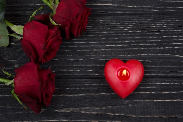 赤いバラと赤いハート型のキャンドル