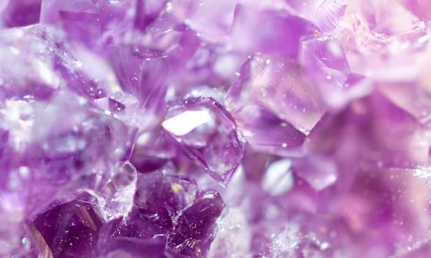 紫のアメジストをクローズアップ