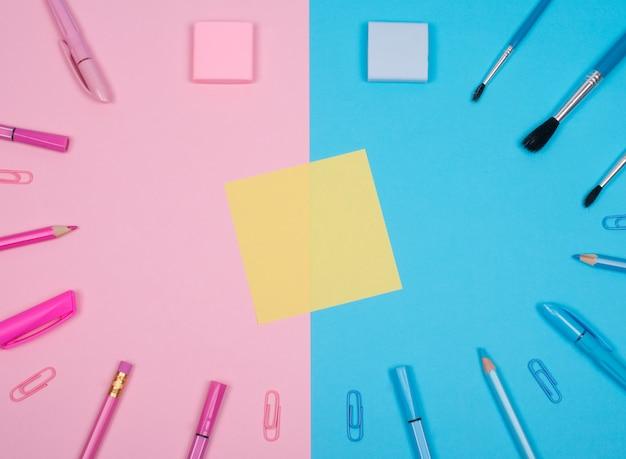Пустой желтый бумажный стикер и школьные или офисные принадлежности