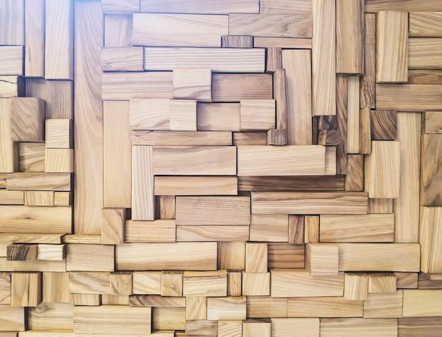ランダムに配置された、さまざまなサイズの木材のモザイクおよび加工ブロック。