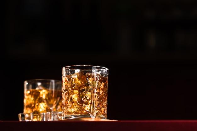 ラウンジバーに氷を入れたウイスキーグラス