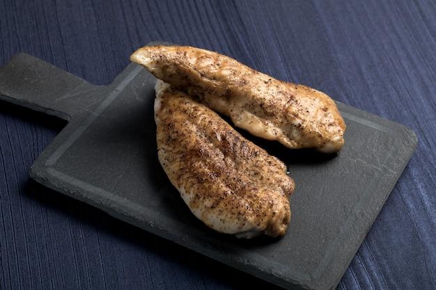 伝統的なスペインのタパス料理。バーベキューチキン、トップビュー。コピースペース