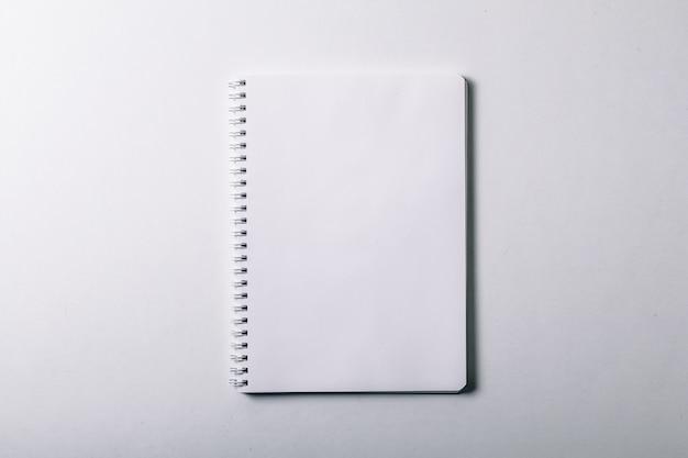 開いたノート。縦型ブランクコピーブック