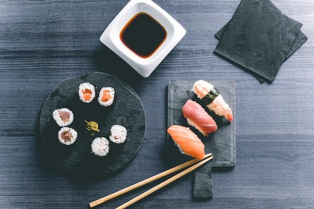 木製テーブルの上の寿司。エレガントな和食レストラン。レトロなスタイル