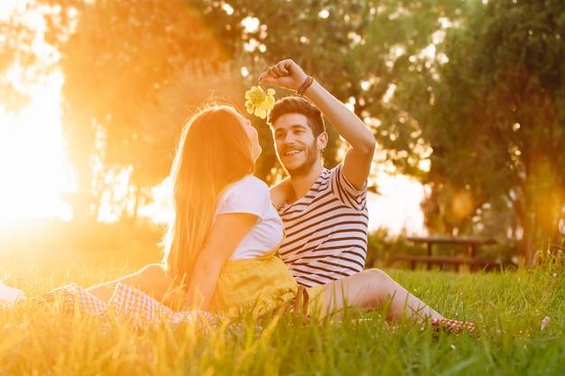 Портрет счастливой беременной пары на пикнике.
