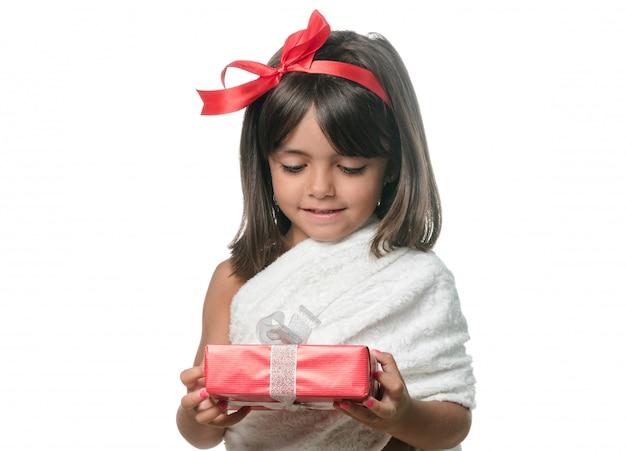 白い背景の上の贈り物との幸せな女の子