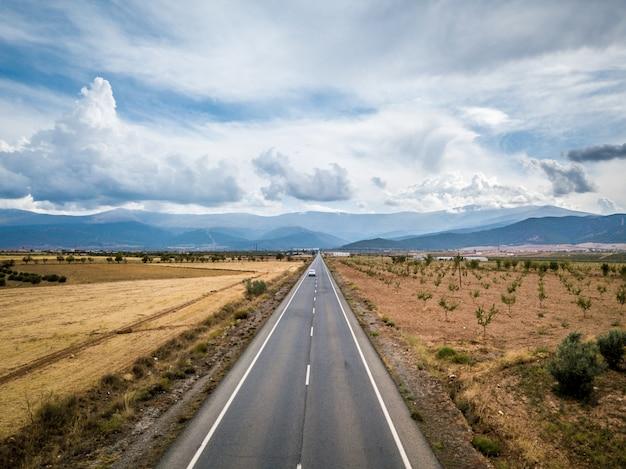 グアディクス、グラナダを介してまっすぐタール道路の空撮