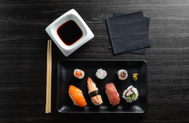 木製テーブルの上の様々な寿司プレート