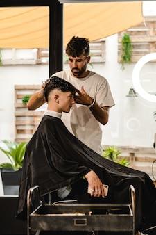 男性ヘアサロン。理髪店で散髪をしている理容室。