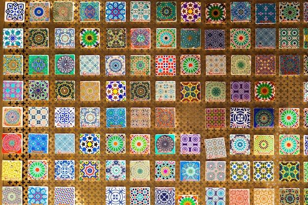 スペイン、グラナダの伝統的なお土産。アルハンブラの装飾とモザイク。古いイスラム教徒のスタイル