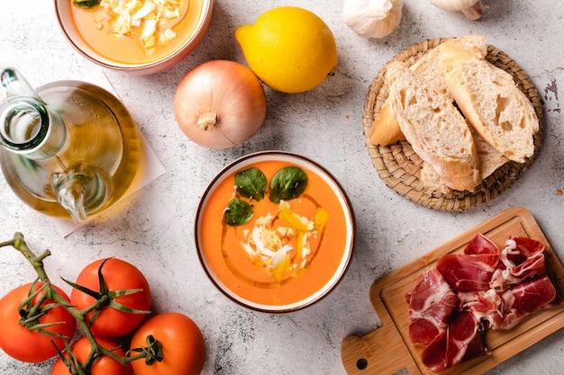 ボウルにハムと卵のサルモレホスープ