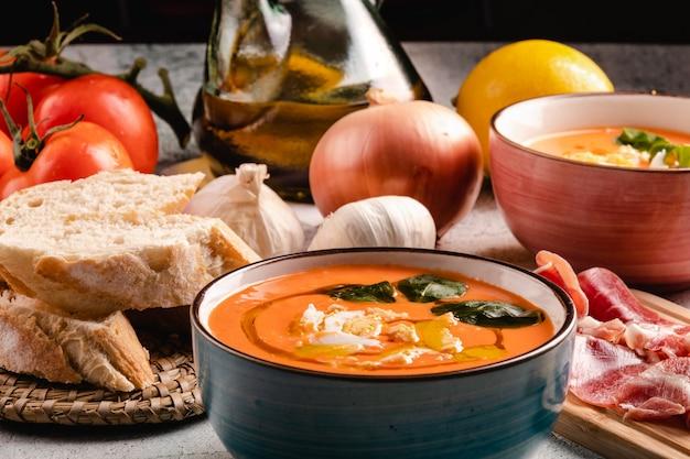 Суп сальморехо с ветчиной и яйцами в миске