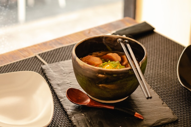 レストランでのチキン、卵、チャイブ、スプラウト入りの日本のラーメンスープ