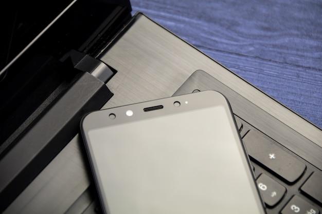 ノートブックとスマートフォンのコピースペース。カメラ付きの近代的なモバイル。上面図。