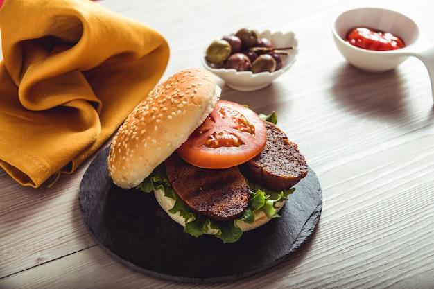 テーブル、健康食品のビーガンバーガー
