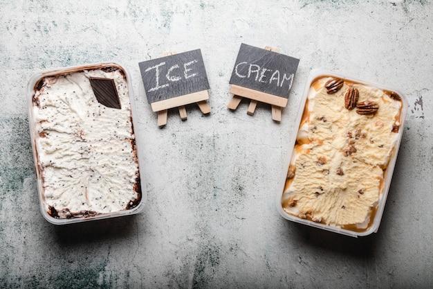 さまざまなトッピングのおいしいアイスクリームデザート。
