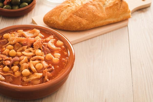 Испанский каллос, типичное рагу со свининой или говядиной