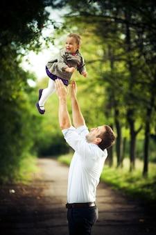 幸せな家族の夏の肖像画。父と幼い娘。
