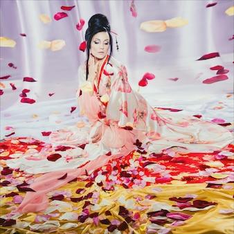 芸者のような日本のスタイルの若い美しいブルネットのファッションポートレート