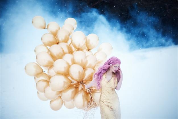 髪型と黄金のファッショナブルなロングドレスにピンクの髪の美しい女性の肖像画
