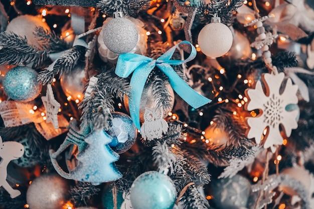 暗いターコイズとオレンジ色のクリスマス装飾ツリーの詳細