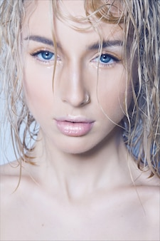 濡れた髪とシャワーの後の若い美しい女性のクローズアップ美容ファッションポートレート