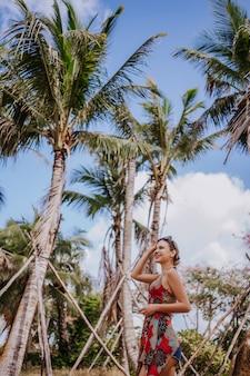 Женщина путешественника белокурая красивая в солнечных очках идя в парк джунглей тропический. путешествие, приключение, природа в китае, туристическое красивое предназначение азия, концепция путешествия поездки летнего отпуска отпуска