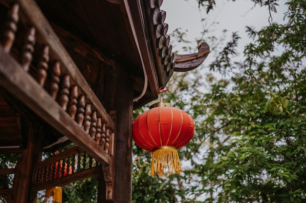 Китай путешествия китайские красные фонари висит на деревянной пагоде или беседке в природном парке для празднования китайского нового года лунного празднования