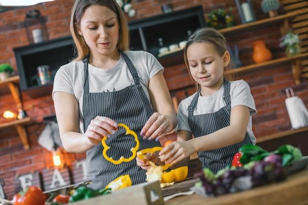Мать и дочь готовят салат